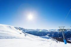 Hermosa vista de la estación de esquí de la montaña en el día soleado Imagen de archivo