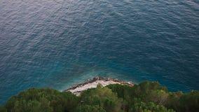 Hermosa vista de la montaña del acantilado a la playa de Makarska a través del bosque Dalmacia, Croacia del pino almacen de video