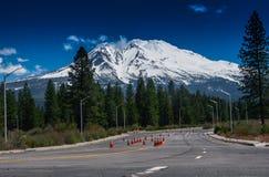 Hermosa vista de la montaña nevada Fotos de archivo
