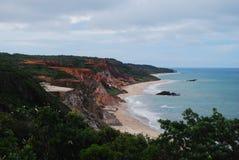 hermosa vista de la naturaleza, pasando por alto una pureza hermosa del mar y de sus rocas, junto con su maravilloso fotografía de archivo libre de regalías