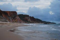 hermosa vista de la naturaleza, pasando por alto una pureza hermosa del mar y de sus rocas, junto con su maravilloso imagen de archivo libre de regalías