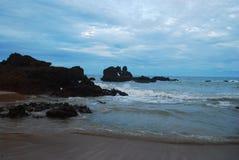 hermosa vista de la naturaleza, pasando por alto una pureza hermosa del mar y de sus rocas, junto con su maravilloso fotos de archivo libres de regalías