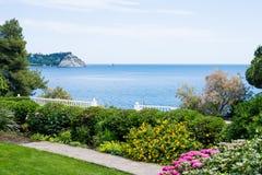 Hermosa vista de la orilla al mar imagen de archivo libre de regalías
