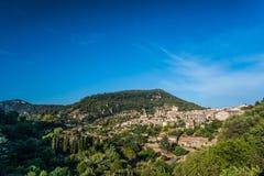 Hermosa vista de la pequeña ciudad Valldemossa Fotos de archivo libres de regalías