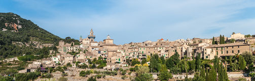 Hermosa vista de la pequeña ciudad Valldemossa Fotos de archivo