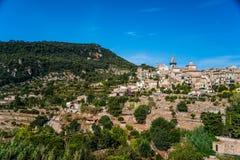 Hermosa vista de la pequeña ciudad Valldemossa Foto de archivo