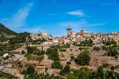 Hermosa vista de la pequeña ciudad Valldemossa Foto de archivo libre de regalías