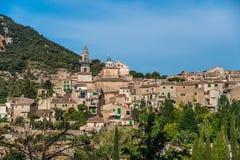 Hermosa vista de la pequeña ciudad Valldemossa Imagen de archivo libre de regalías
