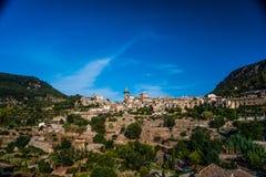 Hermosa vista de la pequeña ciudad Valldemossa Imagenes de archivo