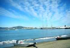 Hermosa vista de la playa con los barcos y el cielo Foto de archivo libre de regalías