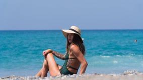 Hermosa vista de la playa donde la muchacha está descansando Imagen de archivo libre de regalías