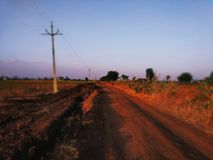 Hermosa vista de la puesta del sol de la granja remota imagen de archivo