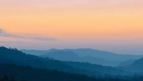 Hermosa vista de la salida del sol sobre las montañas Foto de archivo libre de regalías