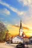 Hermosa vista de la torre Oleviste Churchand la pared de la fortaleza en Tallinn, Estonia Fotos de archivo
