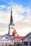 Hermosa vista de la torre Oleviste Churchand la pared de la fortaleza en Tallinn, Estonia Fotografía de archivo libre de regalías
