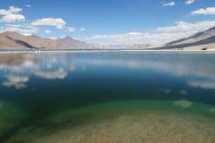 Hermosa vista de la TSO de Pangong en Ladakh, la India Fotografía de archivo