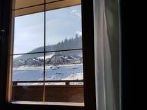 Hermosa vista de la ventana del hotel en la estación de esquí Bukovel foto de archivo libre de regalías