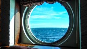 Hermosa vista de la ventana o de la porta de un barco de cruceros imagen de archivo