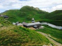 Hermosa vista de las casas en la montaña imágenes de archivo libres de regalías
