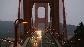 Hermosa vista de las luces de calle del tráfico de coche de la última igualación en puente Golden Gate icónico en San Francisco l almacen de video