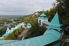 Hermosa vista de las montañas al monasterio de la iglesia Foto de archivo libre de regalías