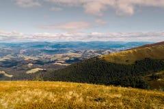 Hermosa vista de las montañas cárpatas en verano Imágenes de archivo libres de regalías