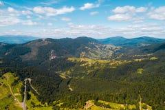 Hermosa vista de las montañas cárpatas en verano Imagen de archivo libre de regalías