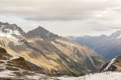 Hermosa vista de las montañas en día del otoño, Austria, Stubai, centro turístico de las montañas de Stubaier Gletscher fotografía de archivo