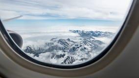 Hermosa vista de las montañas de Kamchatka de la porta del aeroplano fotos de archivo libres de regalías