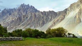 Hermosa vista de las montañas de los conos de Passu metrajes