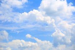 Hermosa vista de las nubes del cielo azul imagenes de archivo