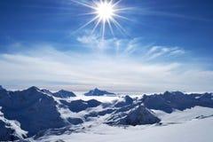 Hermosa vista de las nubes que cruzan el canto de la montaña montaña impresionante Imagen de archivo libre de regalías