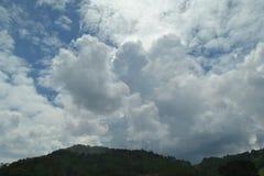 Hermosa vista de las nubes, y el top de la montaña Foto de archivo libre de regalías