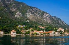 Hermosa vista de las orillas de la bahía de Kotor en Montenegro 22 de septiembre de 2018 foto de archivo