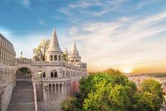 Hermosa vista de las torres del bastión del ` s de los pescadores en Budapest, Hungría Foto de archivo libre de regalías