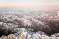 Hermosa vista de los aviones a las montañas en Tashkent Foto de archivo libre de regalías