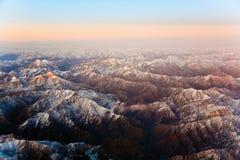 Hermosa vista de los aviones a las montañas en Tashkent, c Foto de archivo