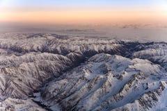 Hermosa vista de los aviones a las montañas en Tashkent, c Fotos de archivo libres de regalías