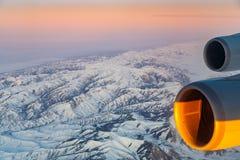 Hermosa vista de los aviones a las montañas en Tashkent, c Imagen de archivo
