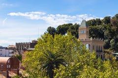 Hermosa vista de los monumentos de Guell del parque en Barcelona imagen de archivo libre de regalías