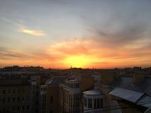 Hermosa vista de los tejados y de las catedrales en St Petersburg imagenes de archivo