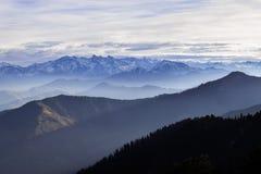Hermosa vista de montañas durante viaje Fotos de archivo libres de regalías