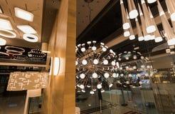 Hermosa vista de muchas luces eléctricas del techo decorativo interior moderno diverso, elegante Imagen de archivo