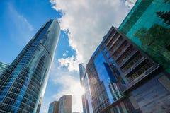 Hermosa vista de rascacielos contra el cielo imagen de archivo libre de regalías