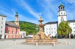 Hermosa vista de Residenzplatz con Residenzbrunnen famoso en Salzburg, tierra de Salzburger, Austria Fotografía de archivo libre de regalías