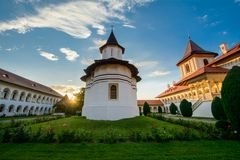 Hermosa vista de Sambata de Sus Monastery, Rumania imágenes de archivo libres de regalías