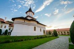 Hermosa vista de Sambata de Sus Monastery, Rumania fotografía de archivo libre de regalías