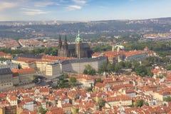 Hermosa vista de St Vitus Cathedral, castillo de Praga y de Mala Strana en Praga, República Checa Fotos de archivo libres de regalías