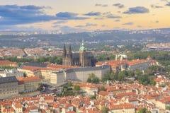 Hermosa vista de St Vitus Cathedral, castillo de Praga y de Mala Strana en Praga, República Checa Fotografía de archivo