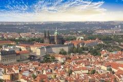 Hermosa vista de St Vitus Cathedral, castillo de Praga y de Mala Strana en Praga, República Checa Foto de archivo libre de regalías